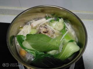 鸡汤炖金针菇,加入上海青。