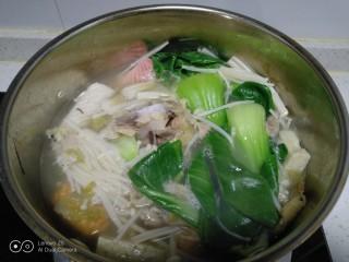 鸡汤炖金针菇,上海清煮1分钟,加入盐。