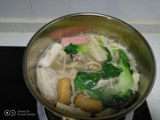 鸡汤炖金针菇,搅拌均匀。