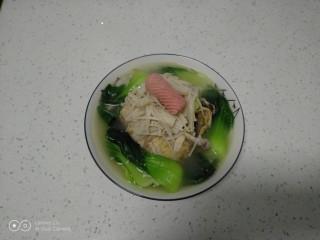 鸡汤炖金针菇,盛入盘中。