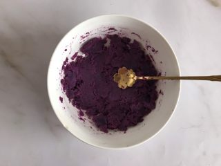 紫薯牛奶小方,放入碗中用小勺压成泥