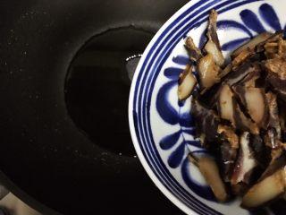 豆豉白菜酱油肉,待锅内油七分热时下酱油肉