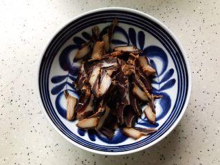 豆豉白菜酱油肉,酱油肉用温水洗净,切成薄片,越薄口感越好