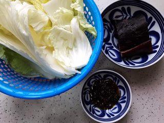 豆豉白菜酱油肉,首先我们准备好所有食材