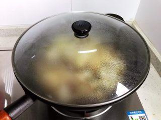豆豉白菜酱油肉,翻炒均匀之后盖上锅盖,转中小火焖煮2.3分钟