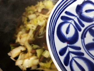 豆豉白菜酱油肉,加少许热开水