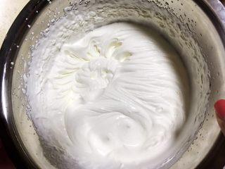 草莓慕斯抹茶蛋糕8寸,打发淡奶油到6-7分,可以微微流动状态,不要完全打发到裱花那种硬性状态。