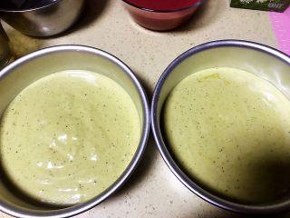 草莓慕斯抹茶蛋糕8寸,把抹茶戚风蛋糕糊倒至模具,此方子是8寸,我是倒到2个六寸的模具,打算做两个慕斯,制作方法一样的,只是分量分开两个