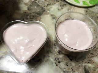 草莓慕斯抹茶蛋糕8寸,再同样方法把慕斯液倒到模具,铺满。(按自己喜欢的摆设随意摆设均可)