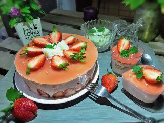 草莓慕斯抹茶蛋糕8寸,最后装饰一下草莓,放些椰奶小方和糖珠装饰一下。