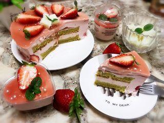 草莓慕斯抹茶蛋糕8寸,切件后看到里面抹茶和慕斯的夹心