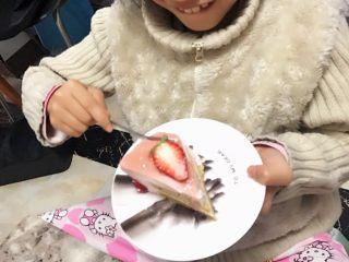 草莓慕斯抹茶蛋糕8寸,女儿吃得很开心。