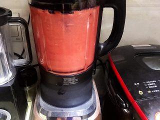 草莓慕斯抹茶蛋糕8寸,镜面草莓和慕斯草莓共300克加入若干细砂糖或者糖浆,用破壁机或料理机打成细腻果汁。(细砂糖根据自己买的草莓甜酸度添加到适合自己的甜酸度就可以,这个没有比例,自己添加搅拌好后试下味道,这个步骤的砂糖或者糖浆可以再放草莓慕斯液时候添加也可以)