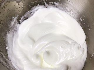 草莓慕斯抹茶蛋糕8寸,5只蛋白分三次加入细砂糖,电动打蛋器打至硬性发泡,提起打蛋器蛋白糊有竖直小尖角即可。(详细制作抹茶戚风蛋糕在我菜谱有,搜索抹茶戚风蛋糕即查看到)