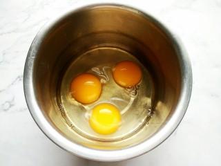 脆皮小蛋糕,准备一个无油无水的打蛋盆,把<a style='color:red;display:inline-block;' href='/shicai/ 9/'>鸡蛋</a>磕进去。