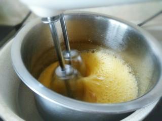 脆皮小蛋糕,全蛋打发,冬季需要隔温水打发。