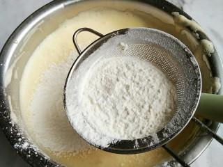 脆皮小蛋糕,加入油,水,顺便筛入1/3低粉。