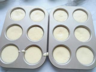 脆皮小蛋糕,磨具刷油后直接把蛋糕糊倒进去。