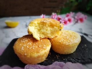 脆皮小蛋糕,放凉后取出,特别好吃。(外面脆皮掉渣,里面嫩嫩的特别香。)
