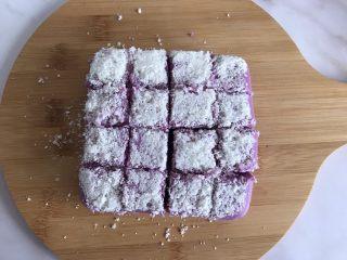 紫薯牛奶小方,取出来切成小块儿