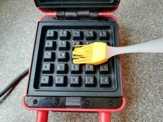 早餐华夫饼,华夫饼早餐机接通电源,上下盘均匀的刷上一层食用油。