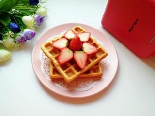 早餐华夫饼,搭配一杯纯牛奶和水果。