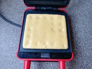 早餐华夫饼,预热好的华夫饼早餐机烤盘里倒入准备好的华夫饼面糊,盖上盖子加热4-5分钟。