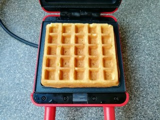 早餐华夫饼,打开华夫饼早餐机盖子,华夫饼变至金黄色即可。