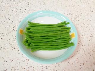 月牙蒸饺,豇豆摘好洗干净焯水,控干水分备用。