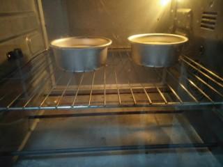 水果伴蛋糕,放入预热好的150度烤箱烤30分钟。烤箱温度根据自家的调节。