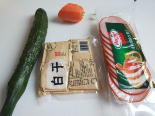 创意菜谱  爆炒五样菜,食材准备好,黄瓜。白香干,火腿片,胡萝卜,芹菜。