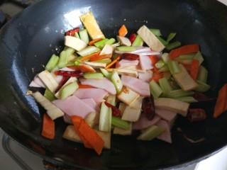 创意菜谱  爆炒五样菜,加入适量盐,适量酱油。