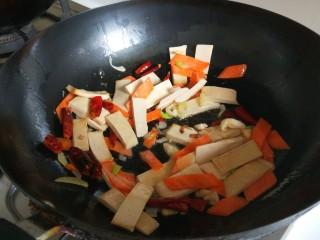 创意菜谱  爆炒五样菜,倒入白干胡萝卜炒均匀。