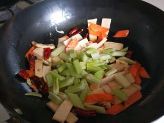 创意菜谱  爆炒五样菜,倒入西芹。