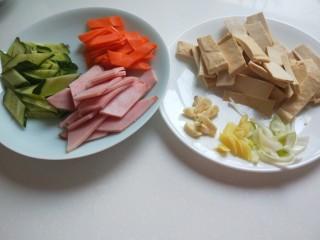 创意菜谱  爆炒五样菜,葱姜蒜切好。