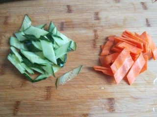 创意菜谱  爆炒五样菜,黄瓜洗干净切成零形片,胡萝卜去皮切片。
