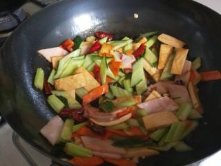 创意菜谱  爆炒五样菜,加入鸡精炒均匀即可出锅。