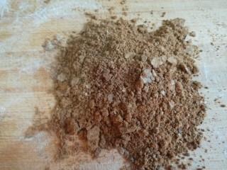 糖三角  新文美食,红糖适量,用擀面皮把红糖擀一下,因为有颗粒。