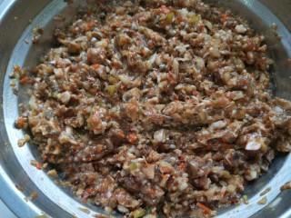 白香菇猪肉包子  新文美食,加入自制花椒油,香油,五香粉,鸡精,盐,老抽,太太乐鲜鸡汁适量,搅拌均匀即可。