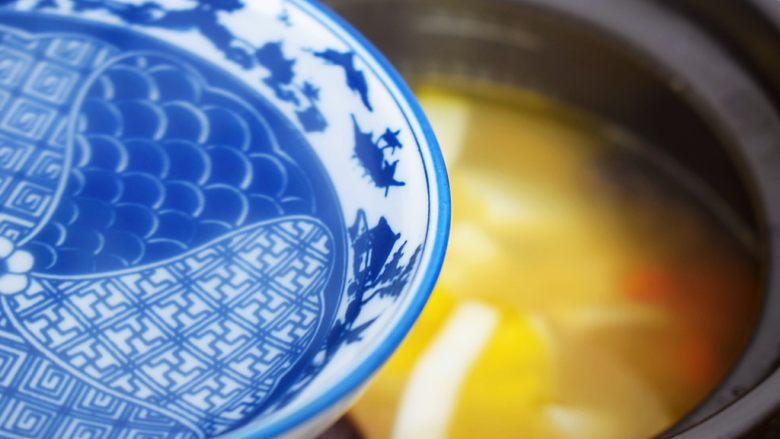 椰子鸡汤,炖煮40分钟后再加入椰汁和枸杞