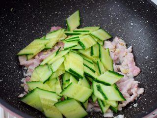 黄瓜鸡蛋炒肉片,放入黄瓜