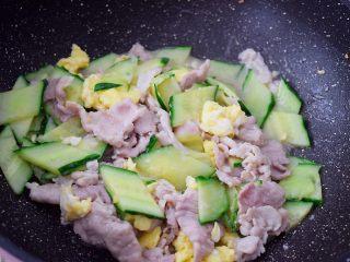 黄瓜鸡蛋炒肉片,翻炒均匀即可