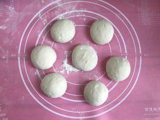 发面葱油饼,将发酵好的面团分成7个均等的小剂子。
