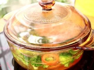 照烧鸡腿饭,将处理好的西兰花和胡萝卜放入锅中,煮熟煮软,捞出备用