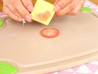 照烧鸡腿饭,胡萝卜切片,模具压出型状  tips:这里胡萝卜的处理随意