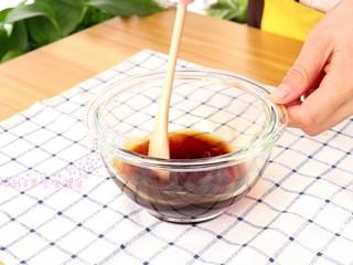 照烧鸡腿饭,老抽,酱油和蜂蜜加60ml清水调成酱汁  tips:这里蜂蜜的量用了很少的量,所以12个月以后的宝宝可以适当的食用的