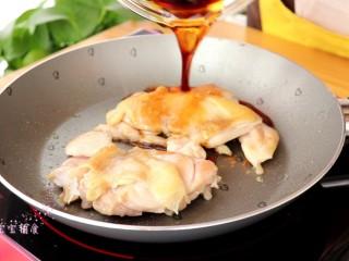 照烧鸡腿饭,鸡肉两面煎至金黄后,倒入酱汁