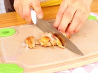 照烧鸡腿饭,煮熟的鸡肉切成宝宝可食用的大小