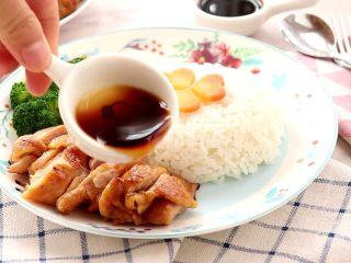照烧鸡腿饭,配上米饭和蔬菜,淋上酱汁,一餐就轻易的搞定啦!