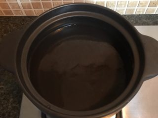 咸肉春笋,砂锅放入适量清水